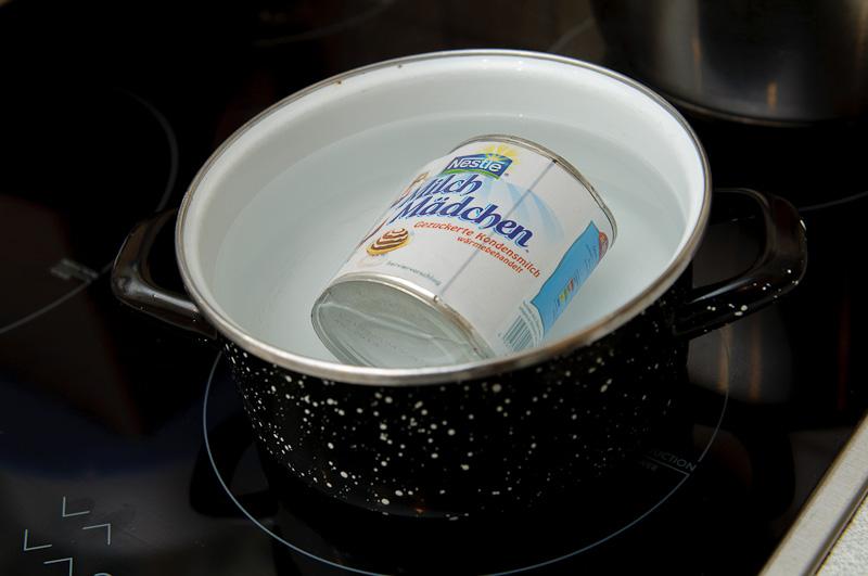 Die Dosenmilch wird (ungeöffnet!) für ca. 2 Stunden im Wasserbad geköchelt, bis sie zu einer Caramellartigen Masse geworden ist.