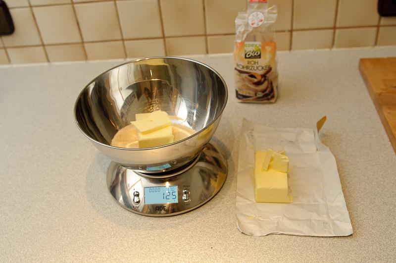 je 125g Butter und 125g Rohrzucker abwiegen
